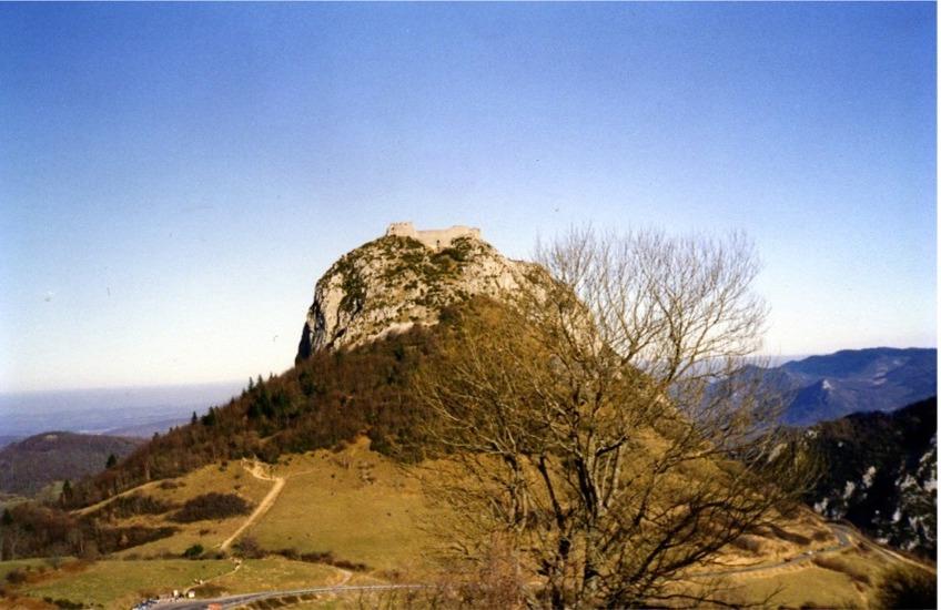 La forteresse cathare de Montségur, en Ariège, dans les monts d'Olmes.