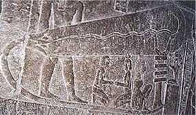 Cet étrange bas-relief  dans une des chambres souterraines de Dendérah,  ressemble à une grosse ampoule électrique.  Cet artefact est à rapprocher de la pile de Bagdad.