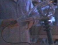 La haute tension est appliquée entre cathode et anode.