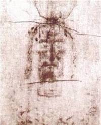 The head of the man on the Turin Shroud as it appears on the linen. Is it a medieval photographic artefact ?